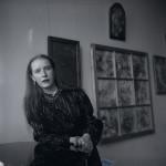 Kunstnik Epp Maria Kokamägi 1980-ndate lõpul Pärnus Endla teatrimajas, Eesti Kunstimuuseumi fotokogu